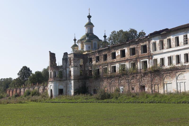Крошить стены монастыря Spaso-Sumorin и купола восхождения собора лорда в городке Totma стоковое изображение rf