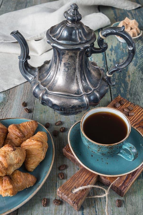 круасанты coffe придают форму чашки 3 стоковая фотография rf