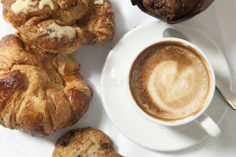 круасанты coffe придают форму чашки 3 стоковое фото