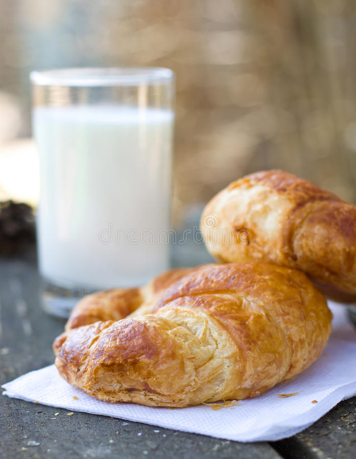 2 круассана с молоком стоковая фотография