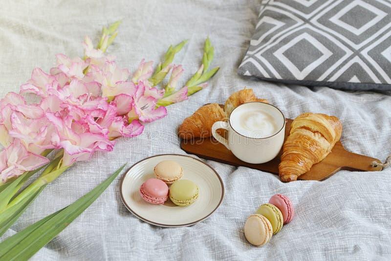 Круассан, кофейная чашка, macaroons стоковое изображение