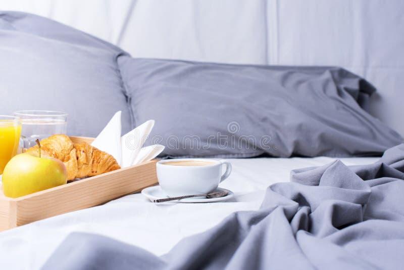 Круассан кофе подноса кровати завтрака утра деревянный стоковое фото