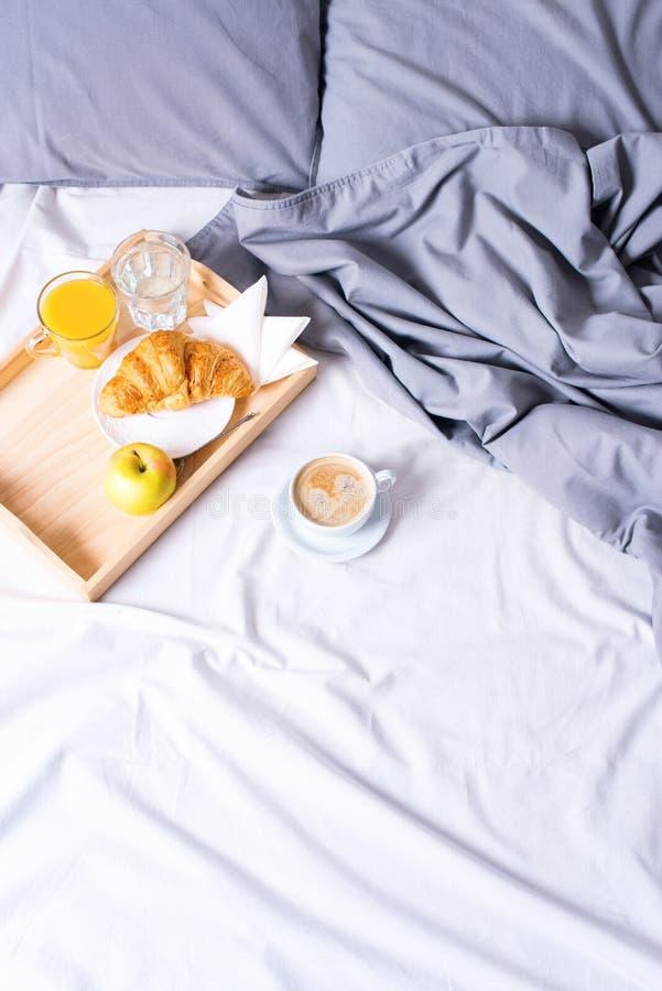 Круассан кофе подноса кровати завтрака утра деревянный стоковое изображение
