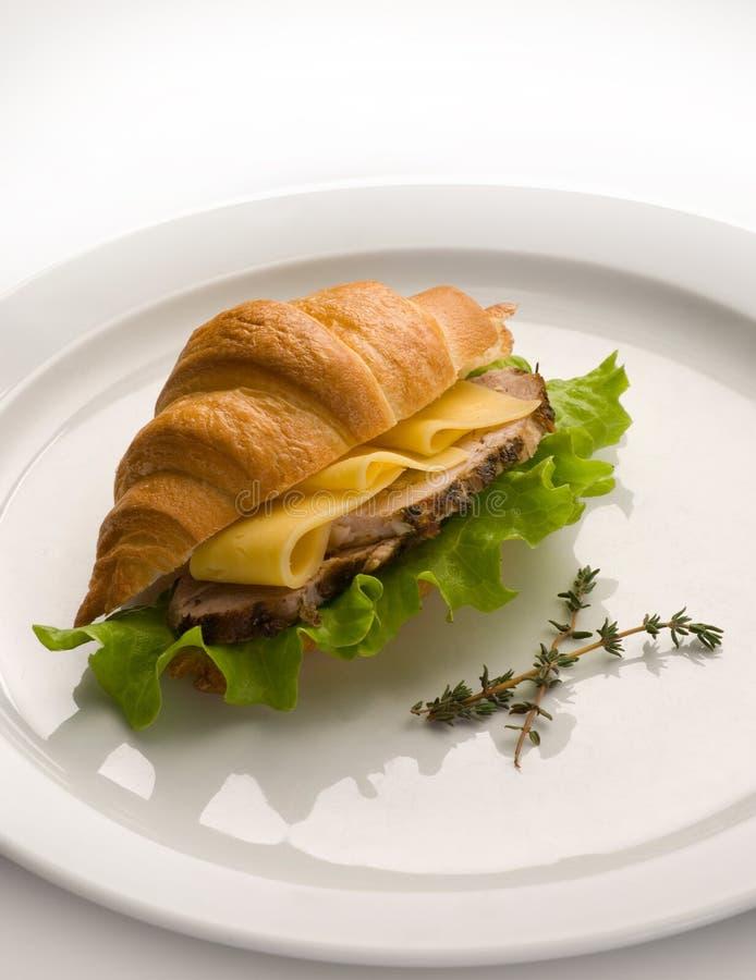 Круассан с зелеными цветами, сыром и мясом стоковая фотография rf