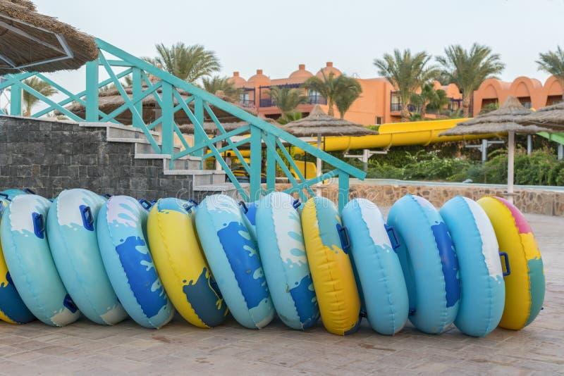 круги воды для водных горок раздувные колеса для высокоскоростного спуска от скольжений стоковые фото