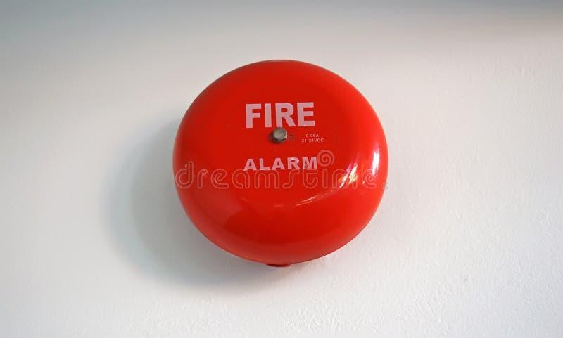 Круглая красная пожарная сигнализация установила на стене цемента стоковое изображение rf