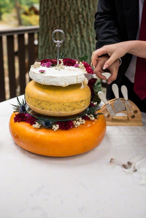Круглая обедая, который служат таблица в restaurantDeer Рожки от кофейных зерен Очки Красные головы сыра cupThree как свадебный п стоковое фото