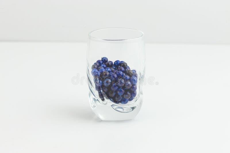 Круглая синь с ювелирными изделиями flecks золота отбортовывает в малом ясном стекле стоковое изображение