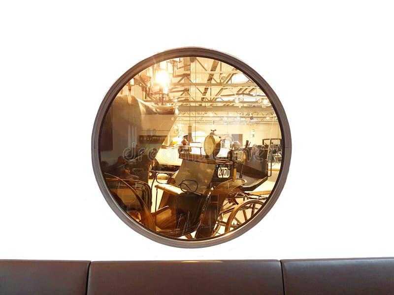Круглое окно с тренером позади стоковое изображение