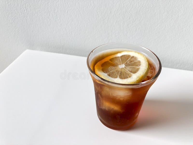 Круглое стекло замороженного кофе руки лить Покрытый с лимоном стоковое фото rf