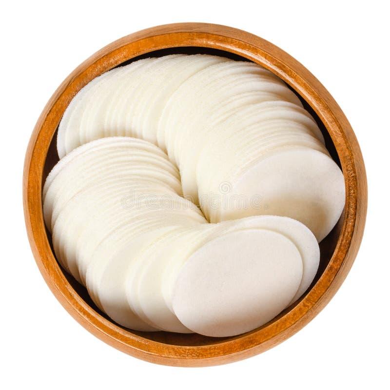 Круглые белые бумаги вафли для печь в деревянном шаре стоковое фото rf