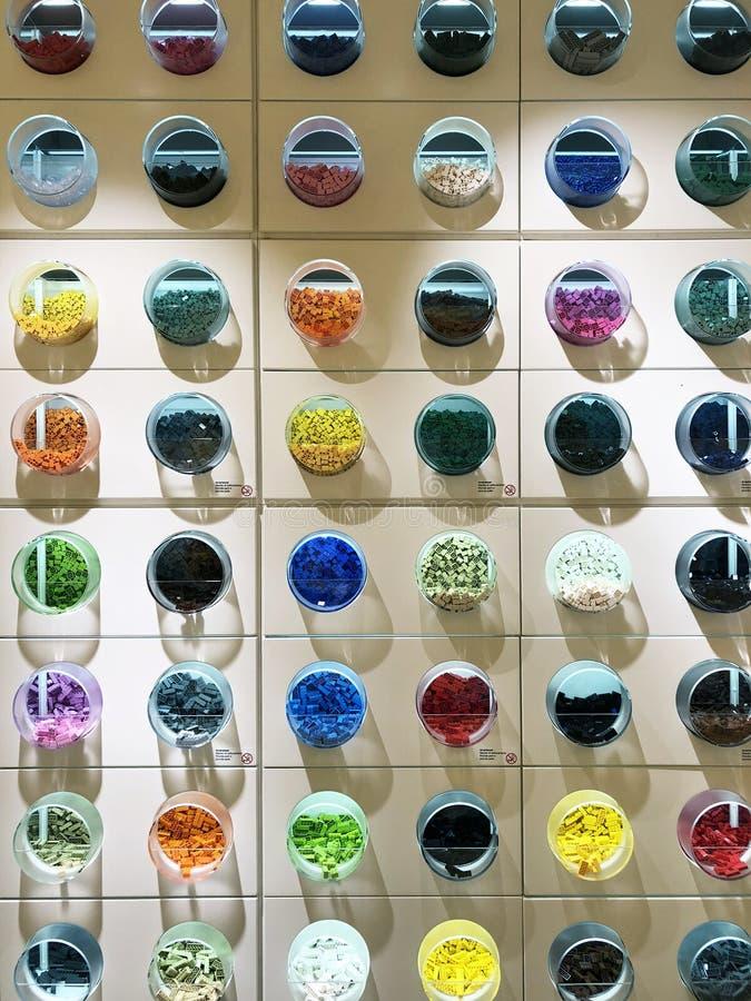 Круглые контейнеры с деталями в магазине Lego стоковые изображения