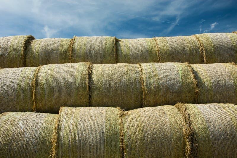 Круглые связки сена штабелированные в пирамиде стоковые фотографии rf