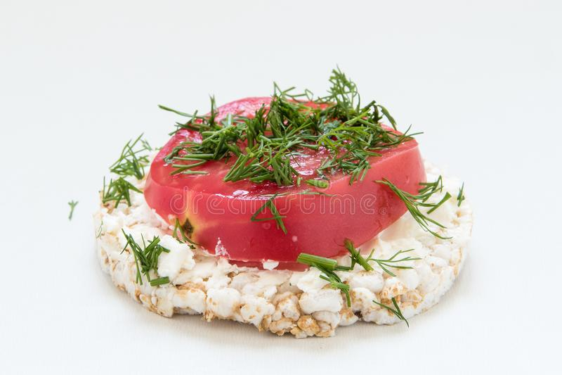 Круглые хрустящие хлебы с сыром, томатами и укропом стоковые фото