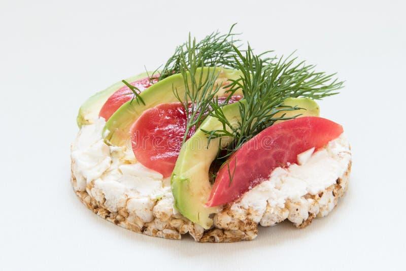 Круглые хрустящие хлебы с сыром, томатами и укропом стоковая фотография rf