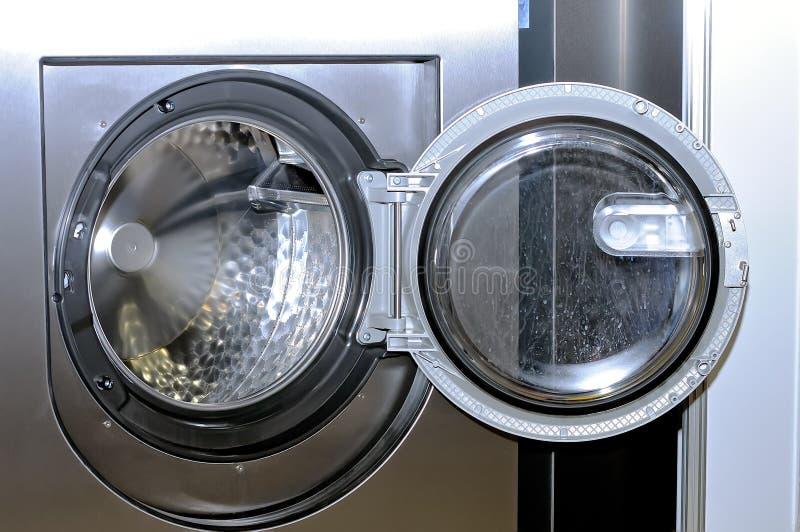 Круглый люк загрузки промышленной стиральной машины стоковые изображения rf