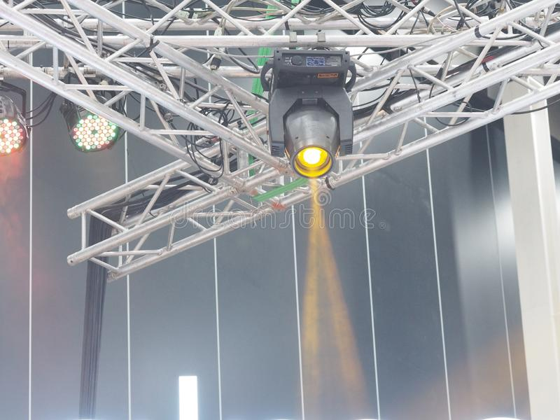 Круглый прожектор, установленный на металлической раме, светится желтым цветом стоковое изображение