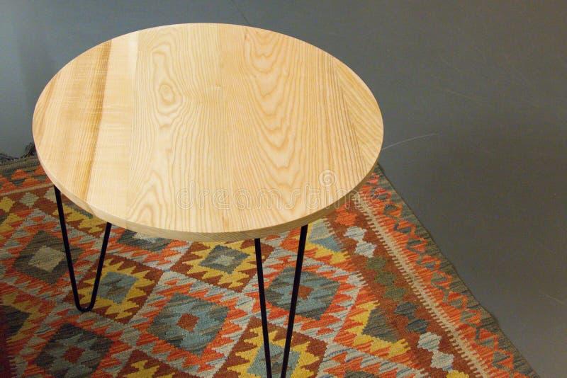 Круглый стол в живущей комнате стоковое фото