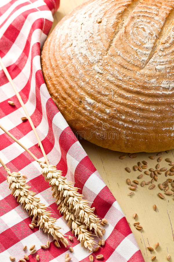 Download круглый стол кухни хлеба стоковое фото. изображение насчитывающей завтраки - 18393212