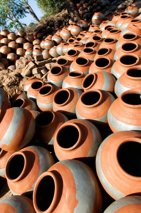 Круглый сушить глиняных горшков стоковая фотография