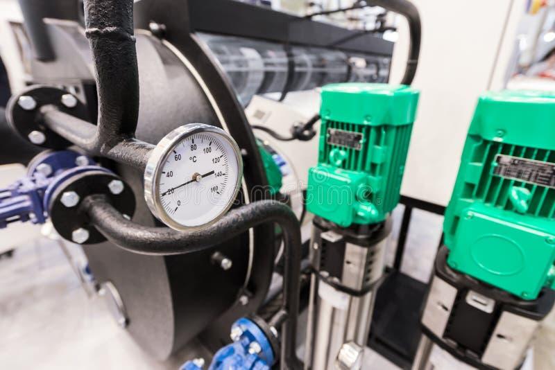 Круглый термометр на нагревая боилере, современное водоподогревное оборудование стоковое изображение