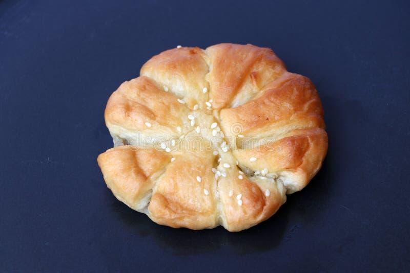 Круглый хлеб с завалкой таро и белым отбензиниванием сезама стоковая фотография rf