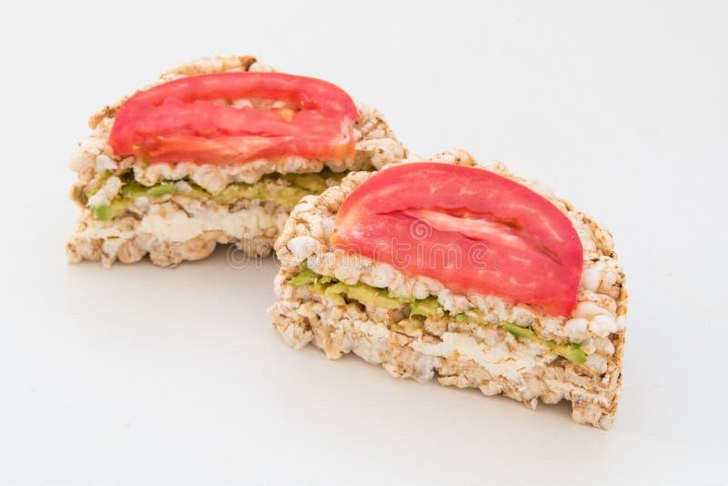 2 круглых хрустящих хлеба с сыром, томатами и авокадоом стоковая фотография rf