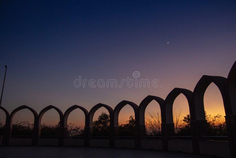 Круговая антенная решетка сводов в темном ночном небе стоковая фотография