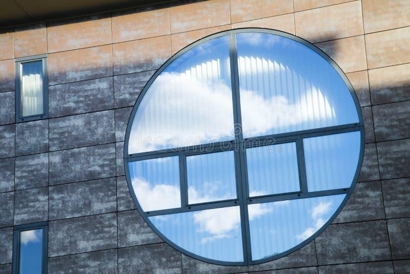 Круговое окно отражая голубое небо стоковые фотографии rf
