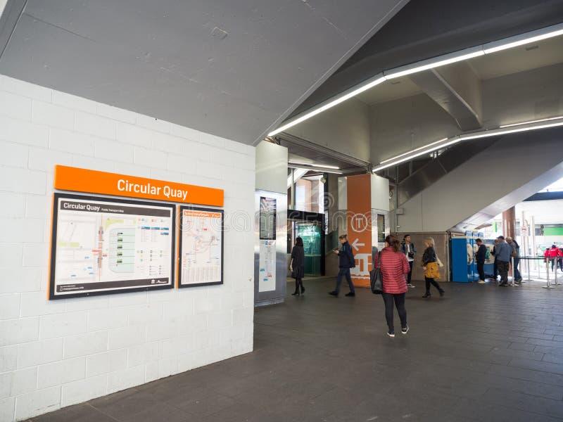 Круговой железнодорожный вокзал набережной наследи-перечисленная повышенная железнодорожная станция регулярного пассажира пригоро стоковые фотографии rf