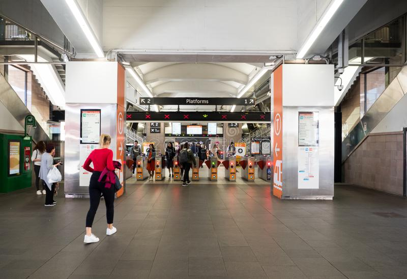 Круговой железнодорожный вокзал набережной наследи-перечисленная повышенная железнодорожная станция регулярного пассажира пригоро стоковые изображения