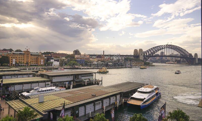 Круговой причал набережной с взглядом моста гавани Сиднея и o стоковая фотография rf