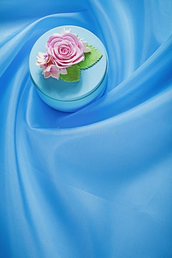 Круглая присутствующая коробка на голубой концепции праздников предпосылки ткани стоковая фотография rf