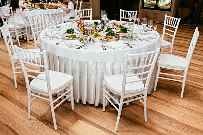 Круглая таблица ресторана служила роскошь для праздничного обедающего стоковое фото