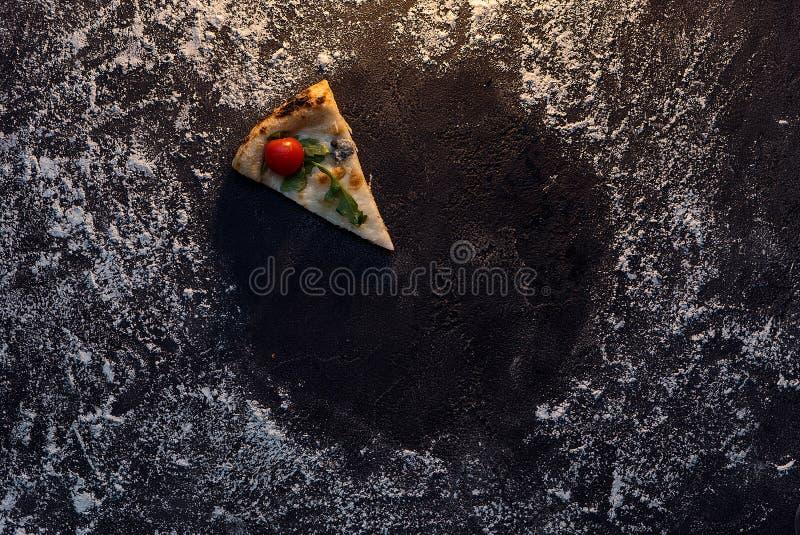 Круг муки с взгляд сверху пиццы куска стоковая фотография