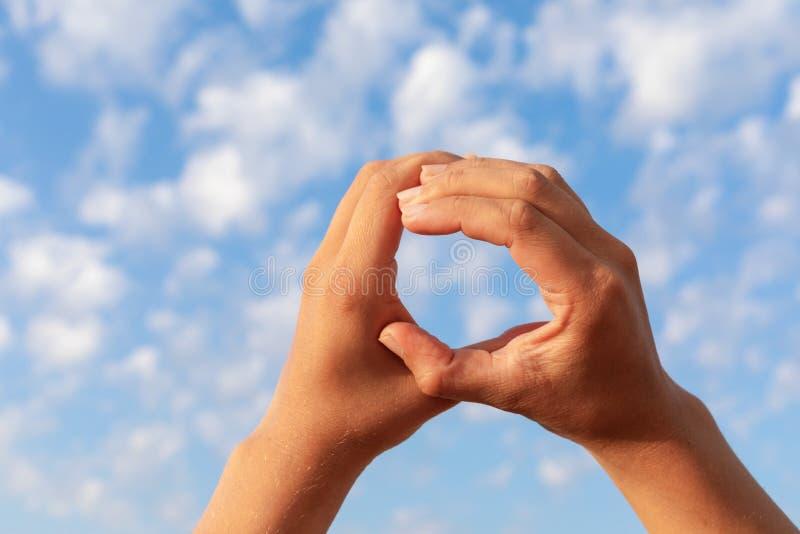 Круг руки и голубое небо стоковое фото rf