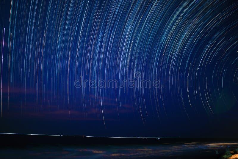 Круг следа звезды на ночном небе на пляже стоковые фотографии rf