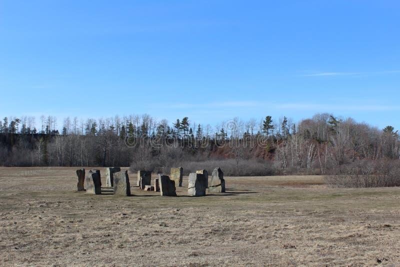 Круг стоя камней походя Стоунхендж но обнаруженных местонахождение в небольшой сельской общине Уоллас Новой Шотландии в весеннем  стоковое изображение rf
