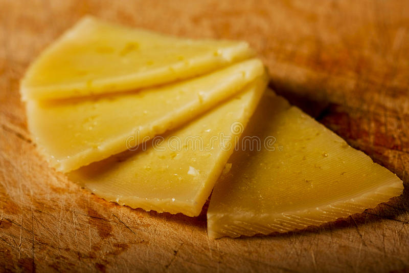 круг сыра semi отрезает испанские языки стоковое фото