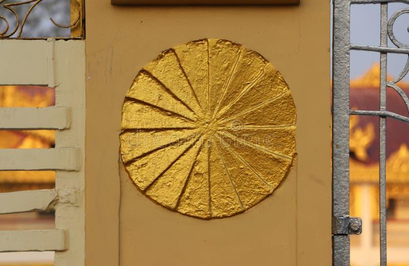Круг штукатурки золота на загородке, символической колеса Dharma стоковое изображение