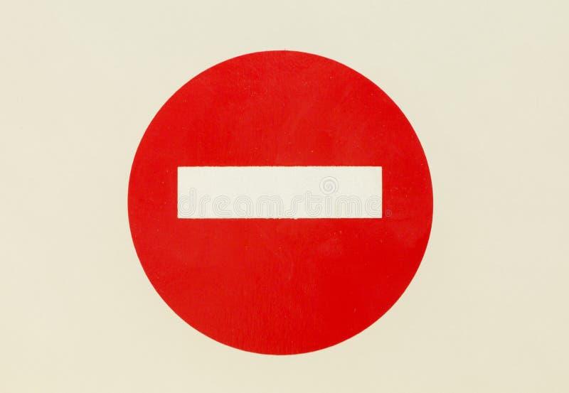 Круглый красный дорожный знак на двери изолированной белизной Отсутствие входа - установленные совершенные опорожняют стоковые изображения