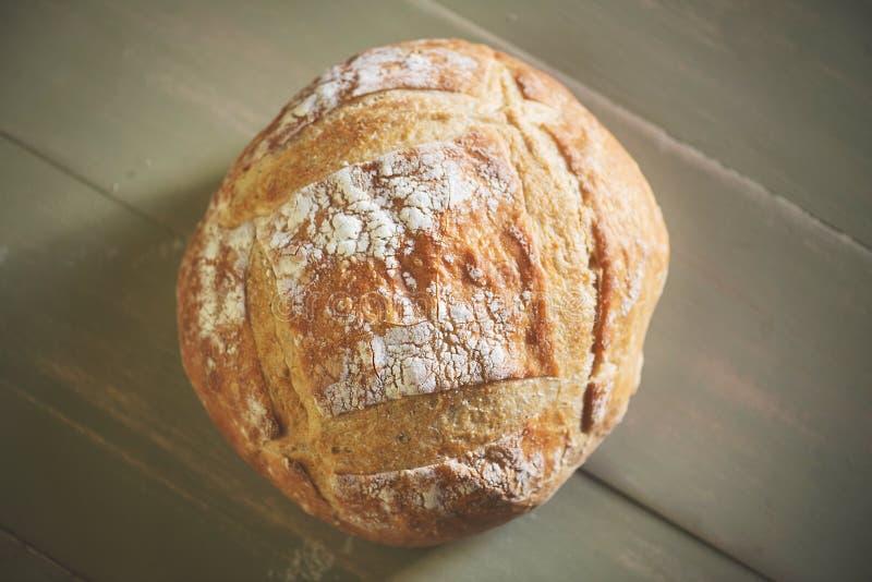 Круглый ломоть хлеба на таблице стоковая фотография rf