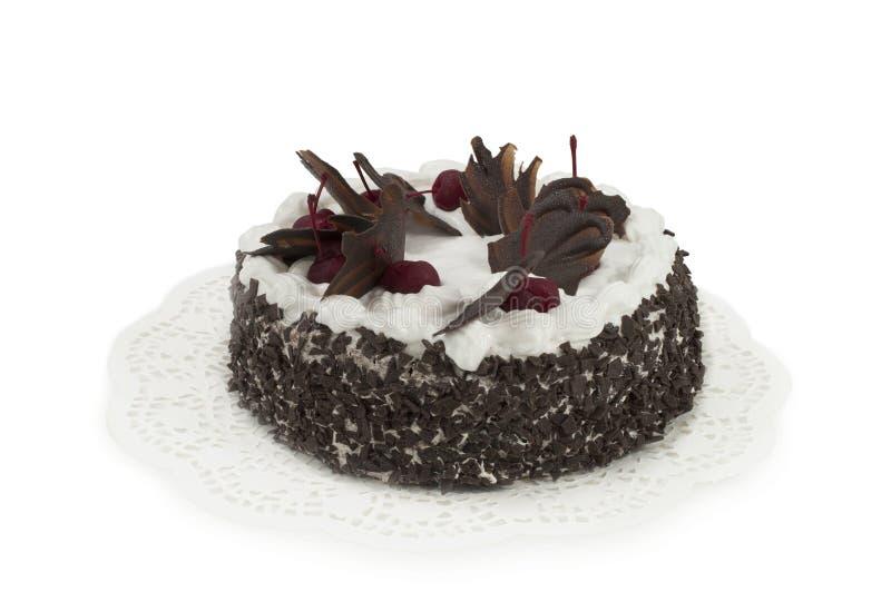 Круглый шоколадный торт при вишни изолированные на белой предпосылке стоковое изображение