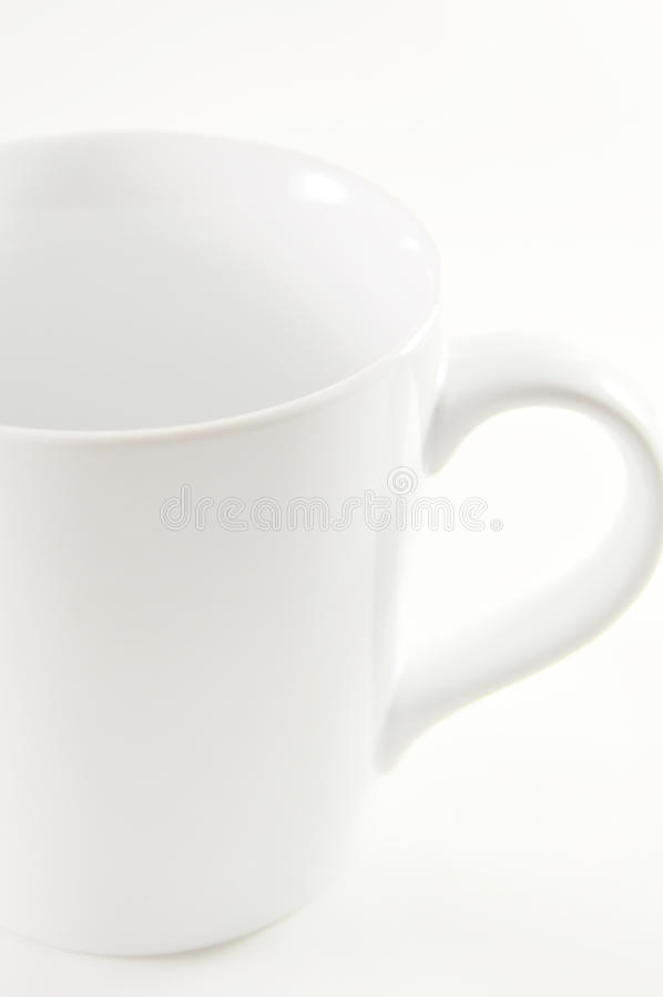 Кружка белого кофе на белой предпосылке стоковые фотографии rf