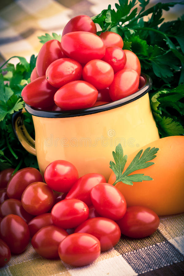 Кружка вполне свежих томатов вишни стоковое фото rf