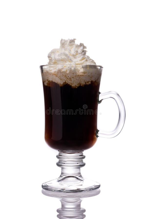 Кружка ирландского кофе на белизне стоковое фото rf