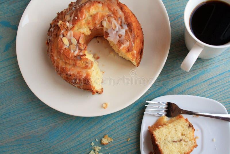 Кружка и торт bunt стоковые фото