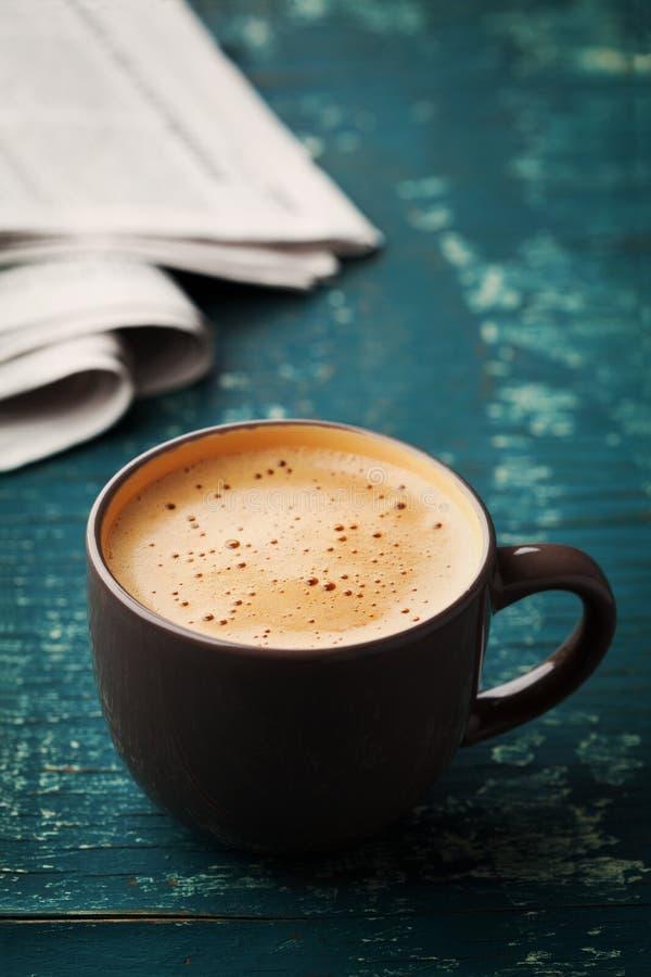 Кружка кофе с газетой на таблице teal деревенской, уютном завтраке стоковые фотографии rf