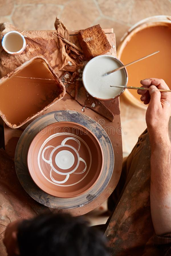Кружка на деревянной полке, конец-вверх гончара страшной стороны похожая handmade, глубина поля shellow стоковая фотография rf