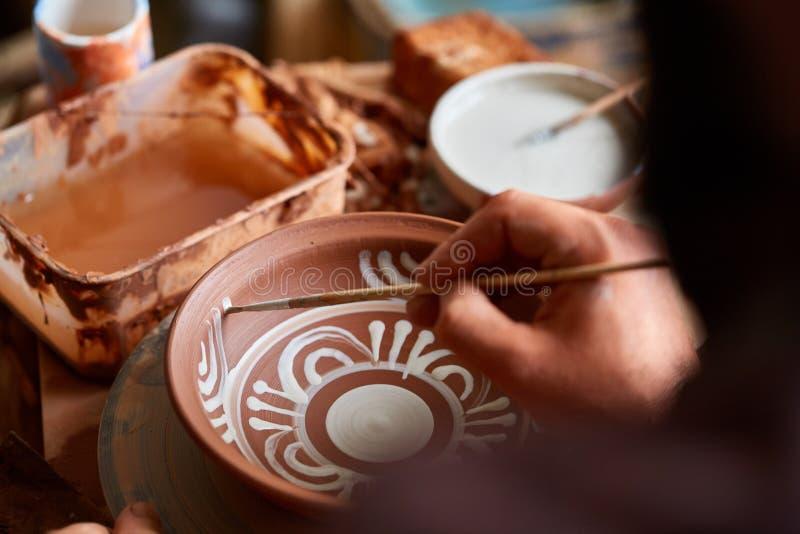 Кружка на деревянной полке, конец-вверх гончара страшной стороны похожая handmade, глубина поля shellow стоковые изображения